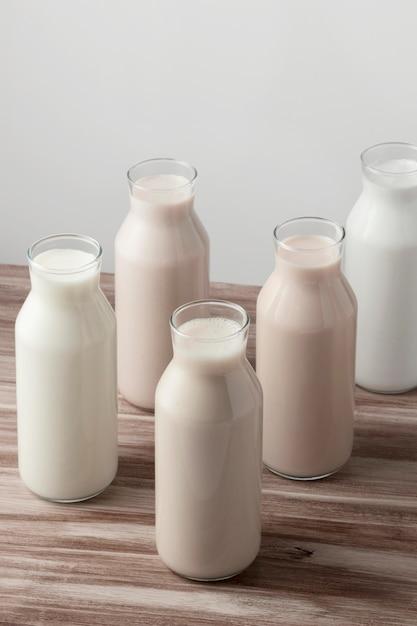 Hoge hoek van verschillende soorten melk in flessen Gratis Foto