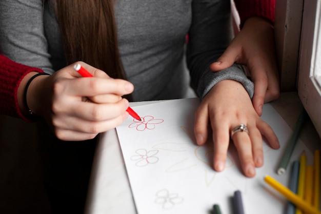 Hoge hoek van vrouw en meisje met down syndroom tekening Gratis Foto