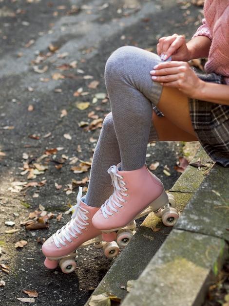 Hoge hoek van vrouw in rolschaatsen met sokken Gratis Foto