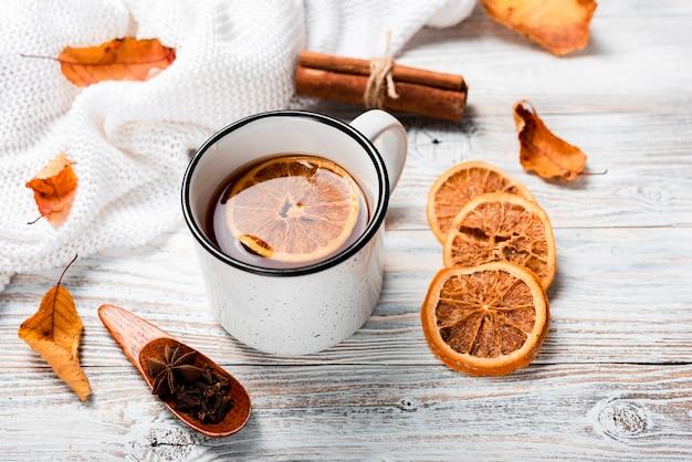 Hoge hoek van warme thee met sinaasappel Gratis Foto