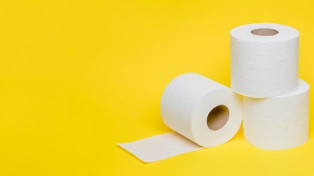 Hoge hoek van wc-papier rollen met kopie ruimte Gratis Foto