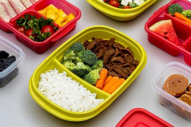 Hoge hoek verpakte groenten en fruit Gratis Foto