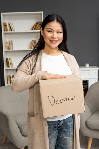 Hoge hoek vrouw met donatie box Gratis Foto