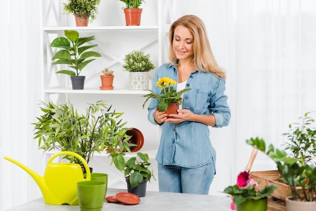 Hoge hoek vrouwelijke bedrijf bloempot Gratis Foto