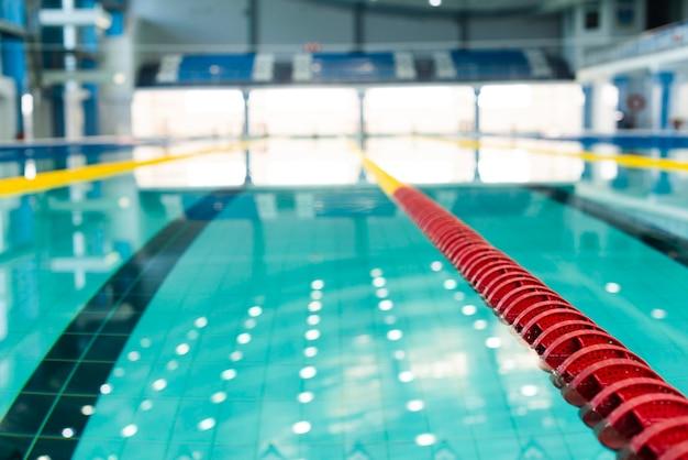 Hoge hoek wazig zwembad uitzicht op bekken Gratis Foto