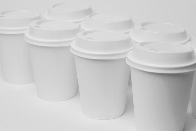 Hoge hoek witte cups met doppen Gratis Foto