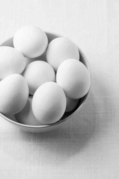 Hoge hoek witte kippeneieren in kom Gratis Foto