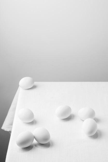 Hoge hoek witte kippeneieren op tafel met kopie-ruimte Gratis Foto