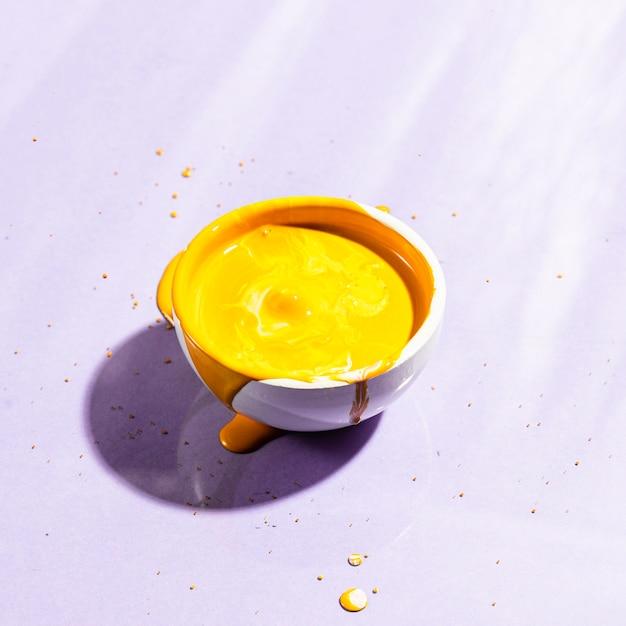 Hoge hoek witte kop met gele verf Gratis Foto