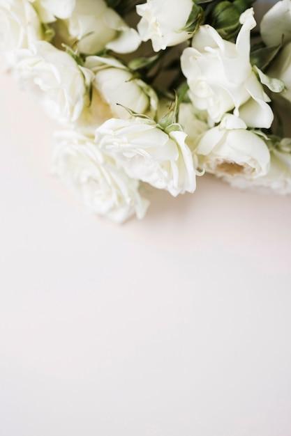 Hoge hoek witte rozen boeket Gratis Foto