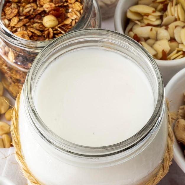 Hoge hoek yoghurtpot met granen Gratis Foto