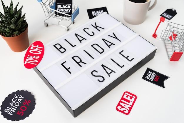 Hoge hoek zwarte vrijdag verkoop geschreven op lichtbak Gratis Foto