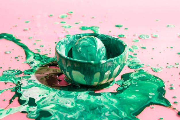 Hoge hoekbal bedekt met groene verf Gratis Foto