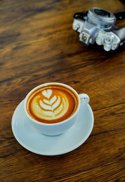 Hoge hoekcappuccino op houten lijst Premium Foto