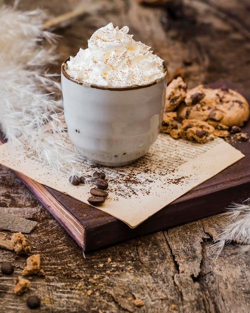 Hoge hoekkoffie met melk en slagroom Premium Foto