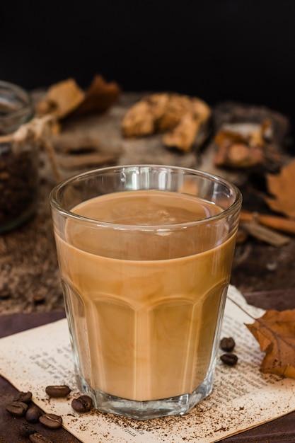 Hoge hoekkoffie met melk in glas Premium Foto
