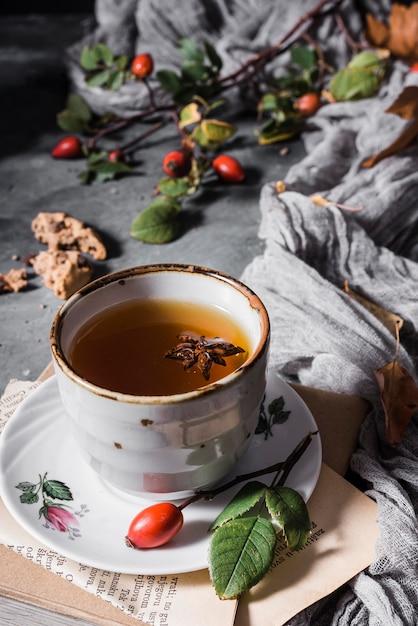Hoge hoekkop met thee en steranijs Gratis Foto