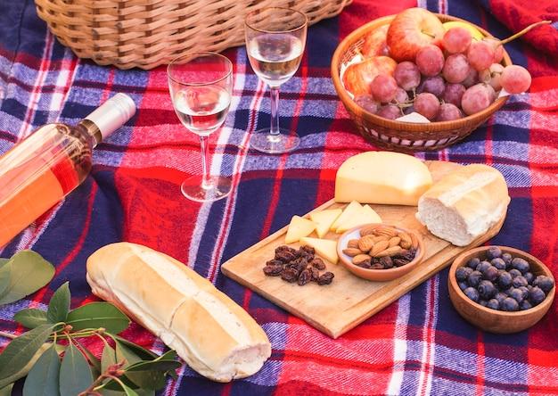 Hoge hoekmaaltijd op picknickdeken Gratis Foto
