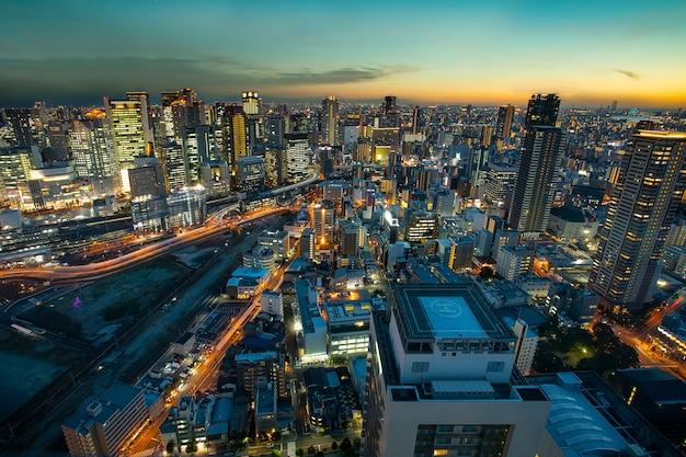 Hoge hoekmening van de stedelijke wolkenkrabber van osaka bij mooie schemeringhemel Premium Foto