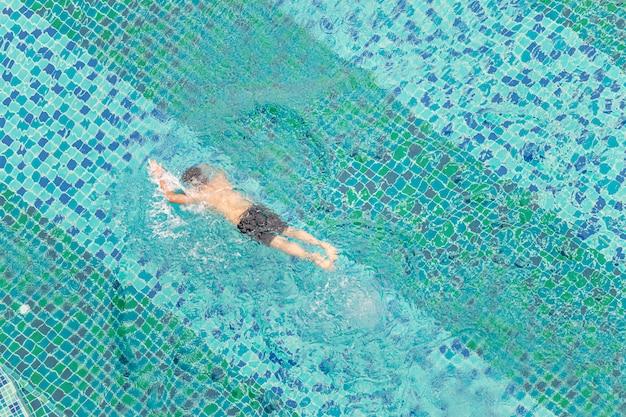 Hoge hoekmening van een man die in een zwembad zwemt Premium Foto