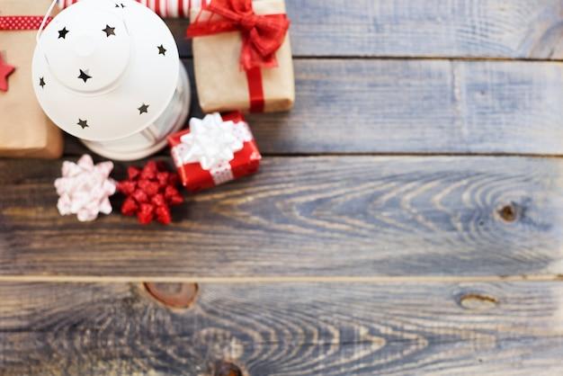 Hoge hoekmening van geschenken en lantaarn Gratis Foto