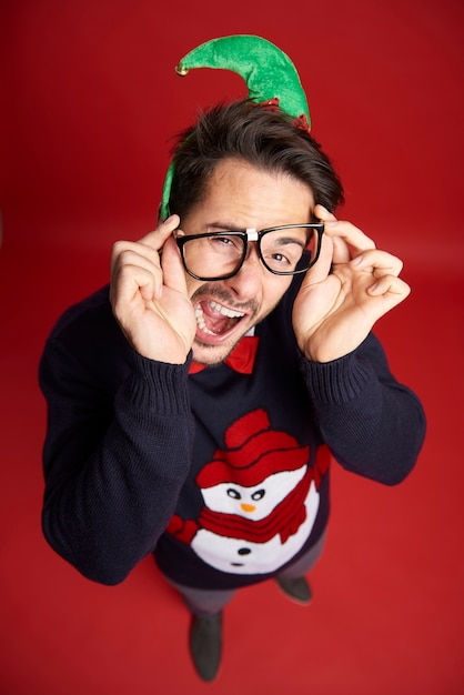 Hoge hoekmening van grappige nerd man met bril Gratis Foto