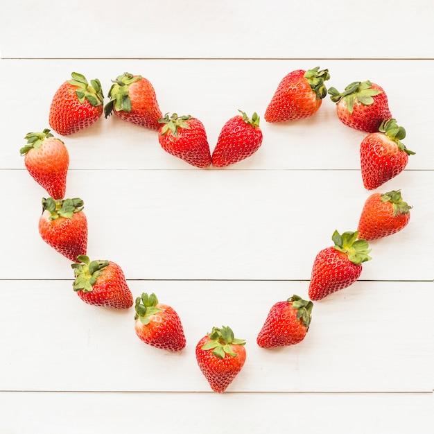 Hoge hoekmening van hartvorm die uit sappige aardbeien wordt samengesteld Gratis Foto