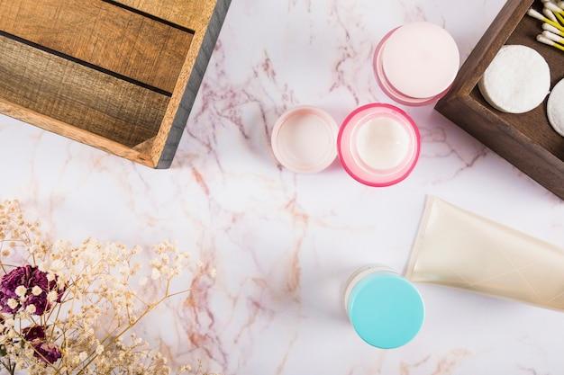 Hoge hoekmening van huidverzorging crèmes op marmer Gratis Foto