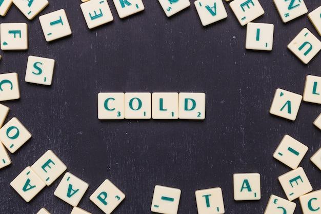 Hoge hoekmening van koude tekst op scrabble letters Gratis Foto