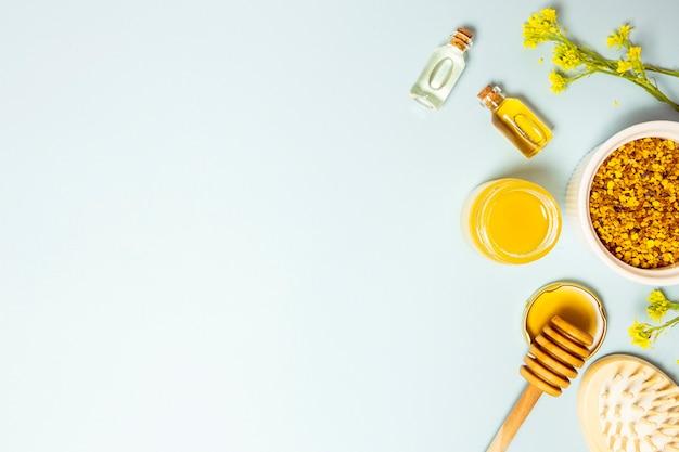 Hoge hoekmening van kuuroordingrediënt en gele bloemen met exemplaar ruimteachtergrond Gratis Foto