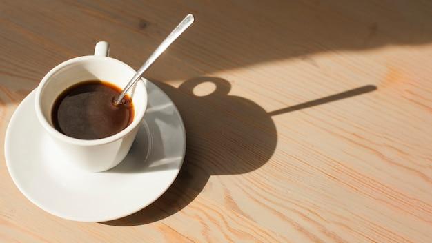 Hoge hoekmening van smakelijke espresso op houten oppervlak Gratis Foto