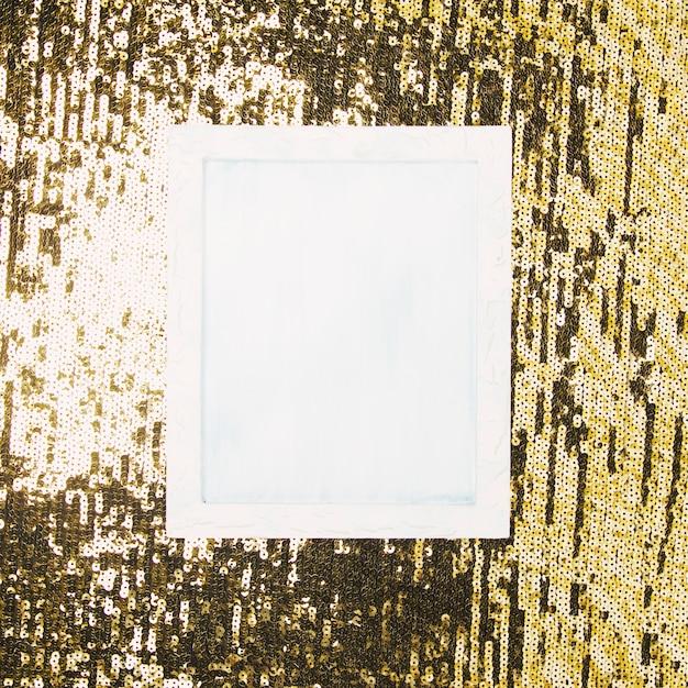 Hoge hoekmening van witte lege frame over glanzende lovertjes achtergrond Gratis Foto