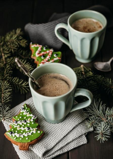 Hoge hoekmokken met kerstboomkoekjes Premium Foto