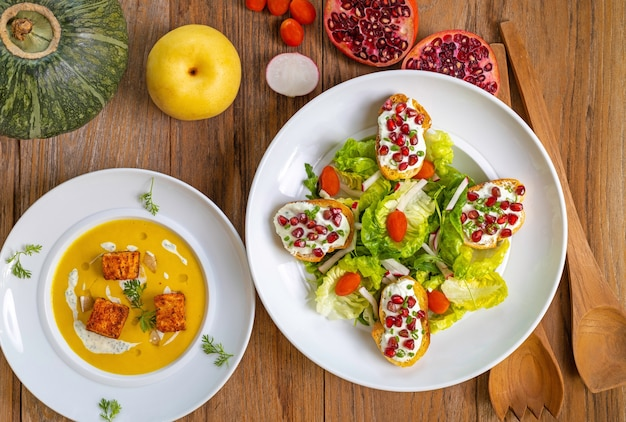 Hoge hoekopname van een begonnen lunch met dieetsoep en enkele gezonde snacks Gratis Foto