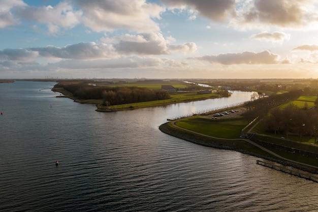 Hoge hoekopname van een prachtige rivier onder een bewolkte hemel in veere, the neverlands Gratis Foto