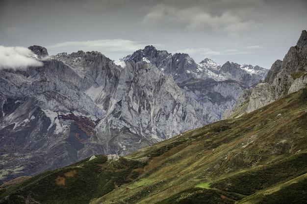 Hoge hoekopname van het europa national park, vastgelegd in de winter in spanje Gratis Foto