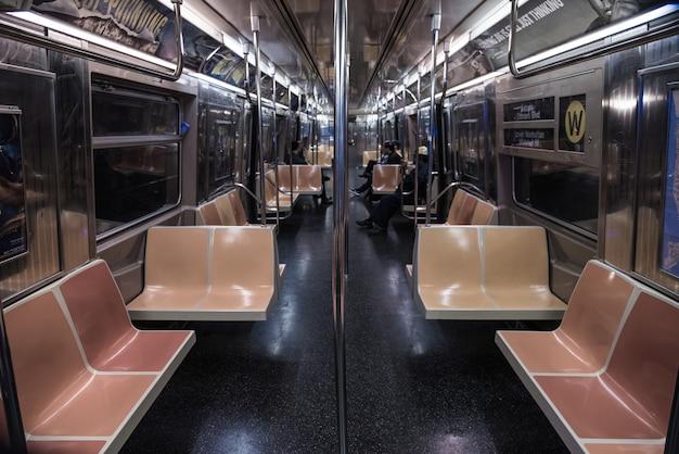 Hoge hoekopname van mensen in de trein tijdens de nacht Gratis Foto
