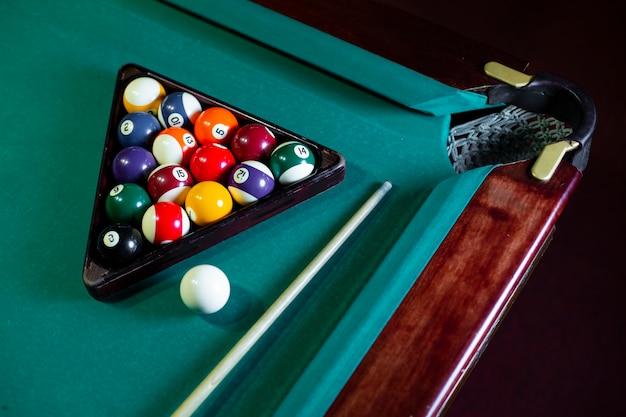 Hoge hoekopstelling met ballen en driehoek op pooltafel Gratis Foto