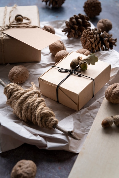 Hoge hoekopstelling met dozen en dennenappels Gratis Foto