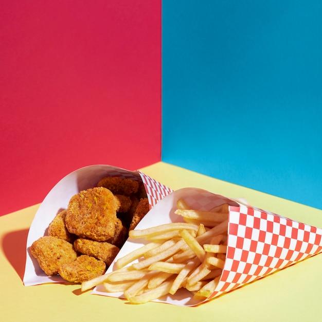 Hoge hoekopstelling met friet en kipnuggets Gratis Foto