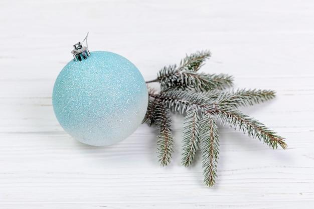 Hoge hoekopstelling met globe en fir tree takje Gratis Foto