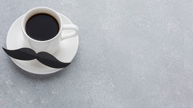 Hoge hoekopstelling met koffie Gratis Foto