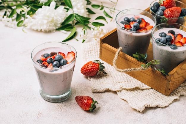 Hoge hoekrangschikking van bosbessen en aardbei smoothies Gratis Foto