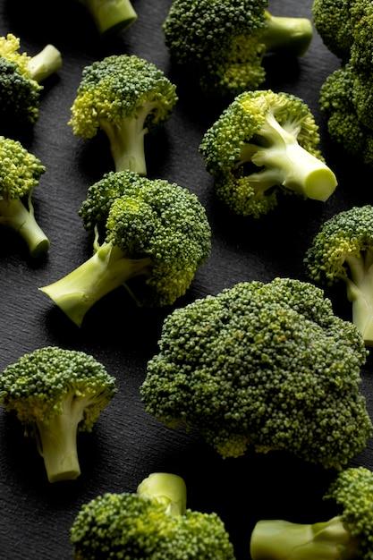 Hoge hoekregeling van heerlijke verse broccoli close-up Gratis Foto