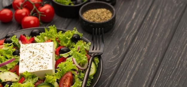 Hoge hoeksalade met fetakaas, tomaten en kruiden Gratis Foto