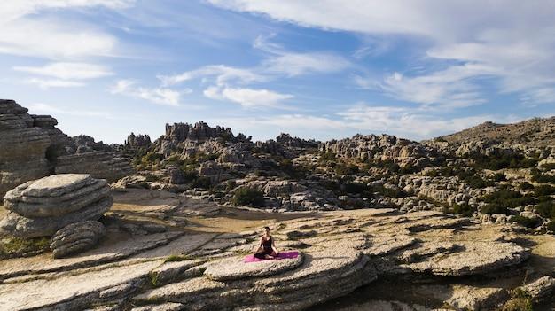 Hoge hoekvrouw bovenop bergpraktijk Gratis Foto