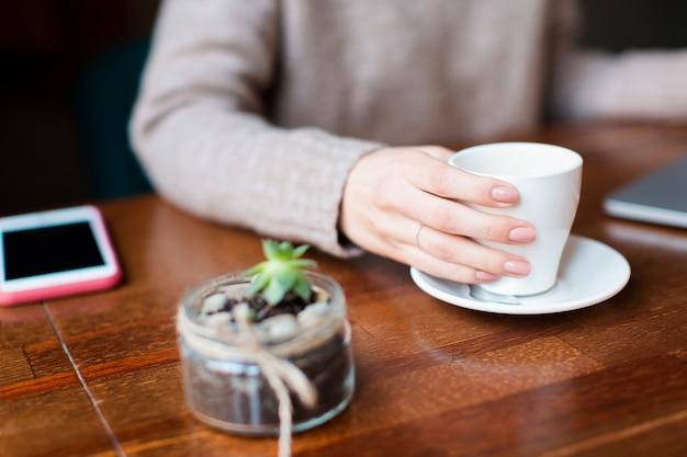 Hoge hoekvrouw het drinken koffie Gratis Foto