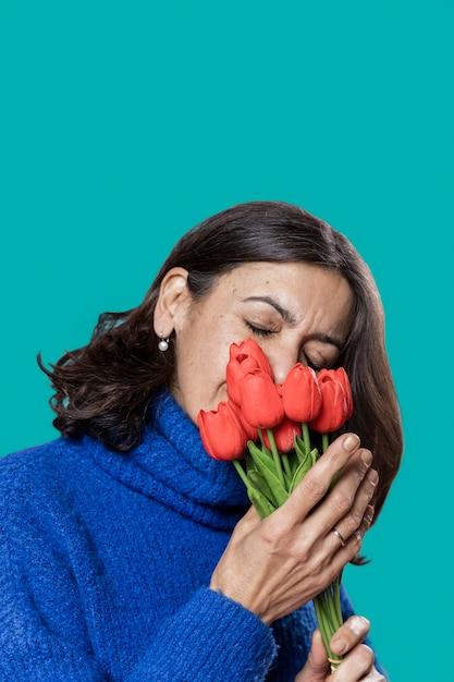 Hoge hoekvrouw met bloemenboeket Gratis Foto