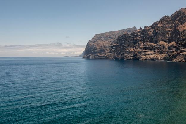 Hoge kliffen aan zee Gratis Foto