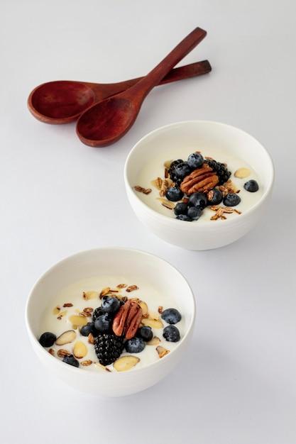 Hoge kommen met yoghurt en fruit Gratis Foto